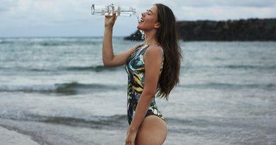 devojka pije vodu