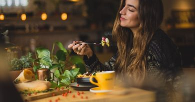 devojka jede