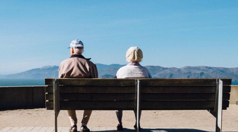 Stari ljudi na klupi
