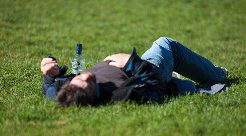 Covek lezi u travi
